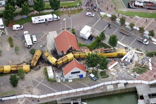 Поезд протаранил пару домов