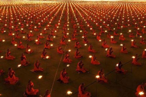 Монахи в молитве за улучшение мира